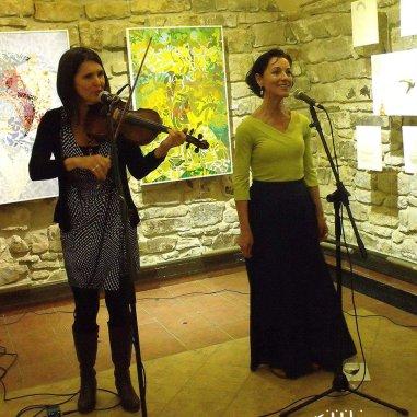 Fililibi Projekt (Kutas Ágnessel, hegedű, ének), kiállításmegnyitó a Prágai Magyar Intézetben, 2016.